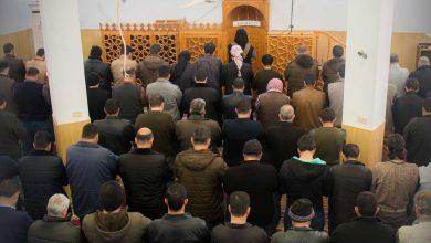Photo of جانب من أداء صلاة الجمعة في مسجد معبر باب الهوى