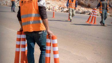Photo of جانب من أعمال تركيب عواكس مرورية على الطرق الحيوية في المناطق المحررة ضمن مشاريع باب الهوى.