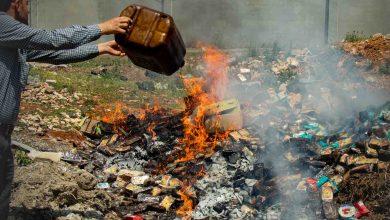 Photo of جانب من عملية إتلاف مواد غذائية منتهية الصلاحية دخلت إلى معبر باب الهوى