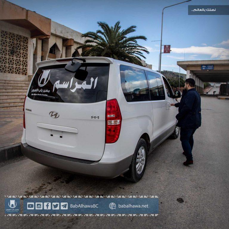 Photo of جانب من حركة سيارات المراسم المخصصة لنقل التجار وموظفي المنظمات والكوادر الطبية والشخصيات العامة.