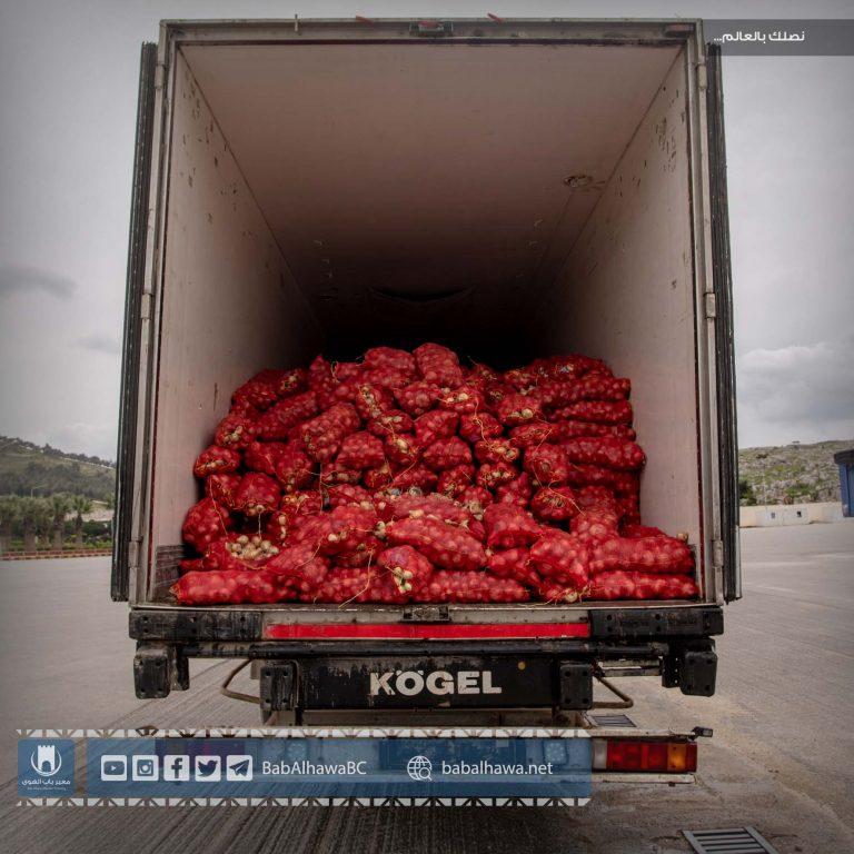 Photo of جانب من عملية إتلاف شحنة بصل فاسدة دخلت إلى معبر باب الهوى