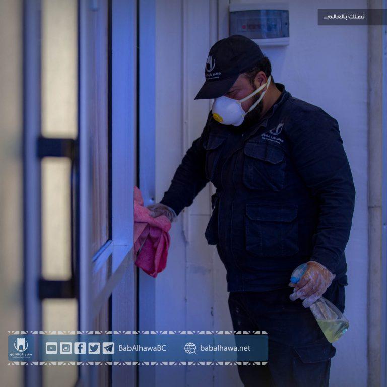 Photo of جانب من عملية تنظيف وتعقيم صالة استقبال المرضى في معبر باب الهوى