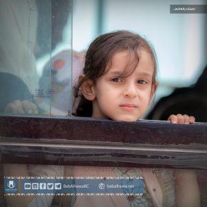 طفلة مسافرة تطل من إحدى حافلات نقل المسافرين في معبر باب الهوى - سورية