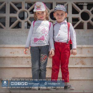 طفل وطفلة مسافرين في معبر باب الهوى - سوريا