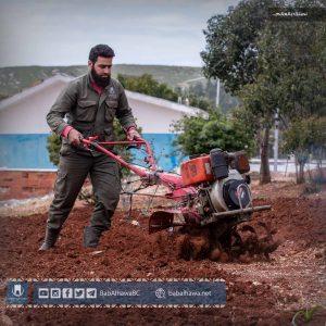 عامل ورشة الزراعة يقوم بعمله اليومي في حديقة معبر باب الهوى - سوريا