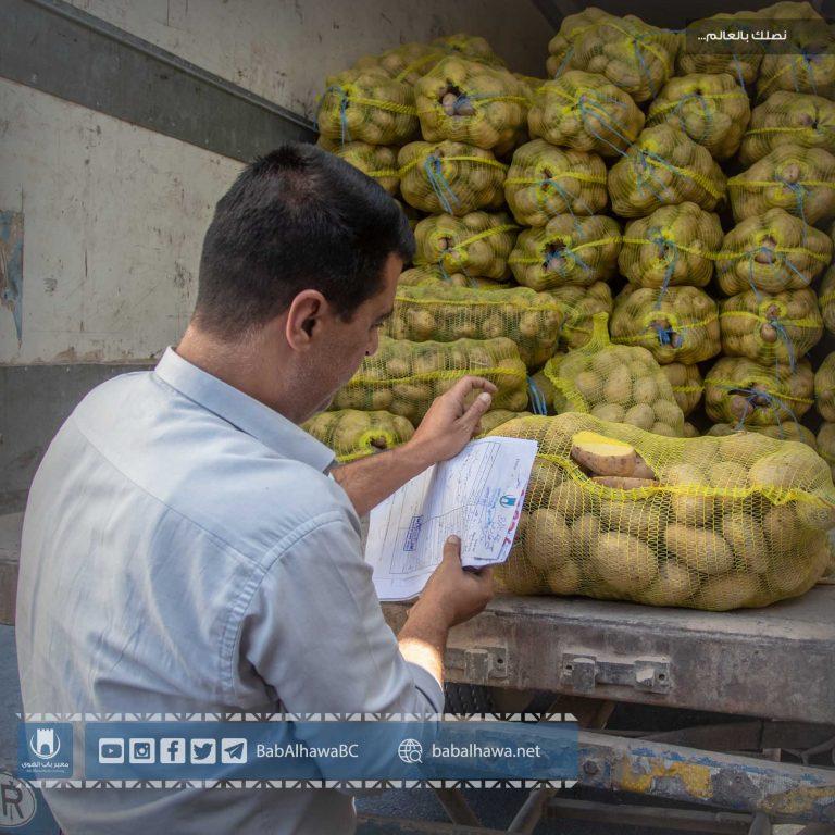 Photo of جانب من عمل قسم الكشف في أمانة جمارك معبر باب الهوى