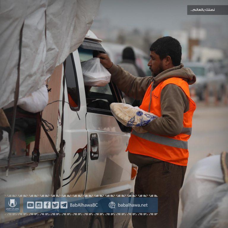 Photo of تستمر إدارة معبر باب الهوى في حملتها بمساعدة النازحين من مناطق جنوب إدلب.