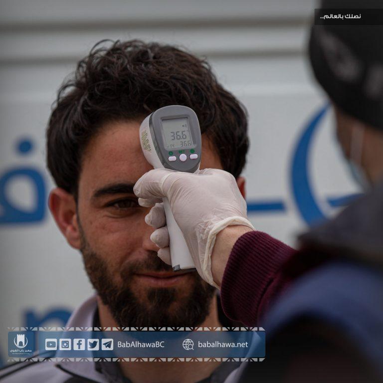 Photo of جانب من الإجراءات الاحترازية والطبية التي يجريها مكتب التنسيق الطبي في معبر باب الهوى