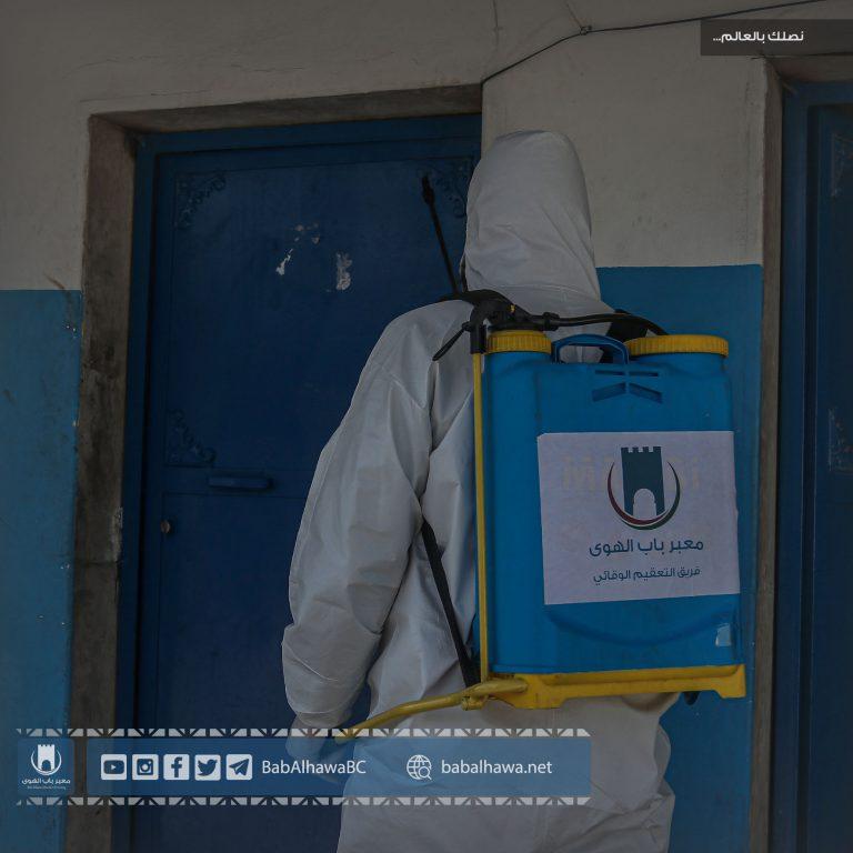 Photo of جانب من عمل فريق التعقيم الوقائي في معبر باب الهوى