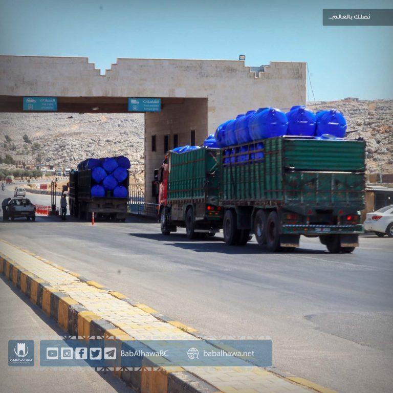 Photo of جانب من حركة دخول الشاحنات المحملة بالمواد التجارية والإغاثية عبر معبر باب الهوى