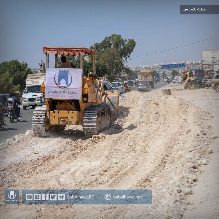 Photo of قسم المشاريع الهندسية في معبر باب الهوى يستمر في عمله بمشروع توسعة أوتستراد إدلب – باب الهوى.