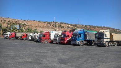 Photo of جانب من حركة دخول الشاحنات المحملة بالمواد التجارية والإغاثية عبر معبرباب الهوى